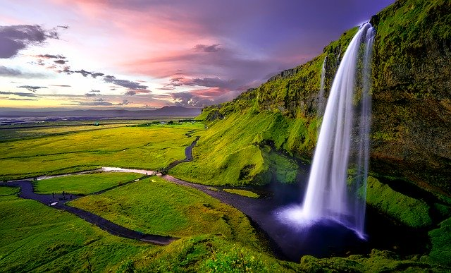 magnifique cascade d'eau en islande